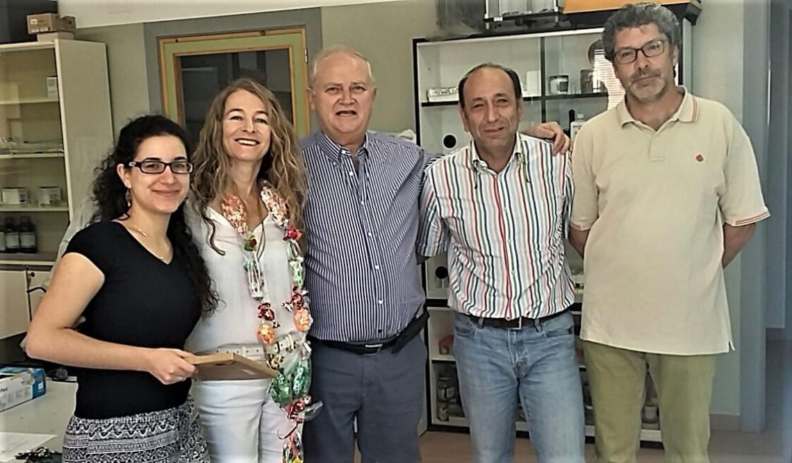 Marta e. alonso 2o izda y jose r. gonzalez 1o dcha con otros miembros de su grupo de investigacion